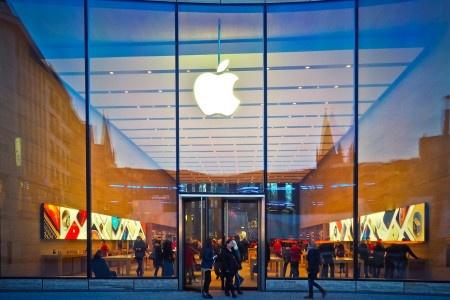 V Praze bude historicky první Apple Store. Vděčit za něj můžeme Babišovi.