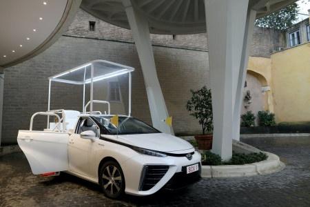 Papež bude jezdit v novém papamobilu na vodík