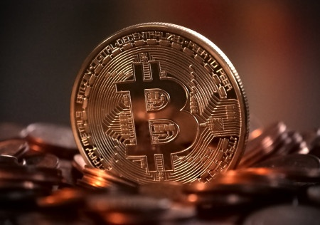 Bitcoin překonal hranici 17 000 dolarů, podle odhadů má šplhat až na 300 000 dolarů