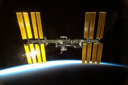 ISS musí spadnout do oceánu nebo bude horší než atomová bomba