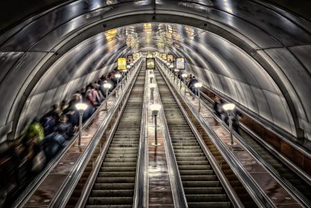 V pražském metru bude hlídat eskalátory umělá inteligence