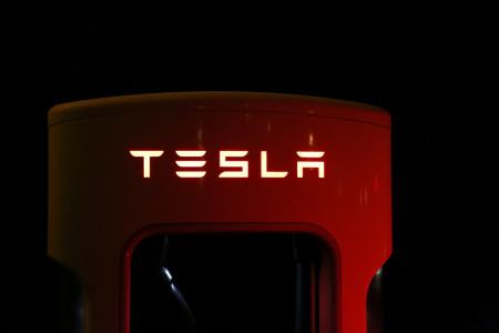 Tesla spustí vlastní Facebook, uživatelé však protestují