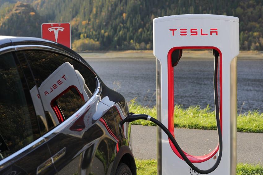 Fanoušek postavil k Tesle vlastní autonomní nabíjecí stanici, Elon může jen závidět