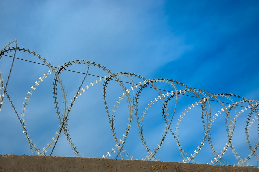 Polsko čelí katastrofě a začalo stavět žiletkový plot na hranicích