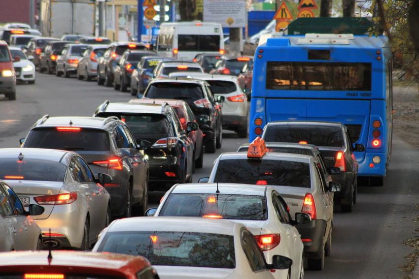 Kolony v Praze mohou zmizet, Google má AI pro semafory